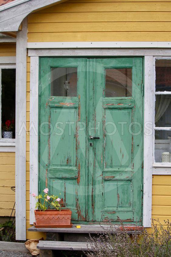 Gult hus med grön dörr