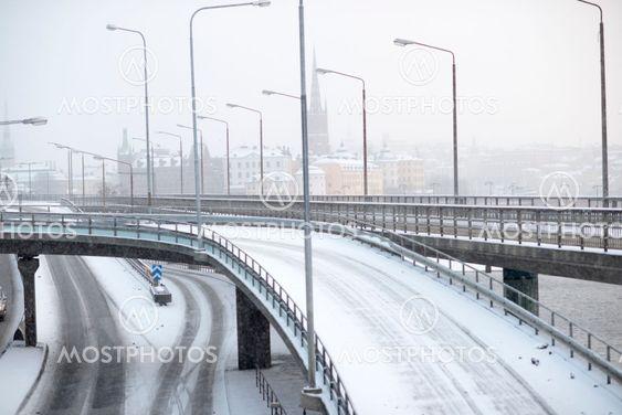 Få bilar på Klarastrandsleden en snöig dag