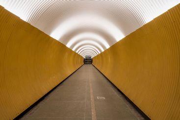 Tom gångtunnel i Stockholm efter nedstängning.