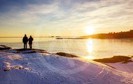 Solnedgång på vintern över isbelagd sjö