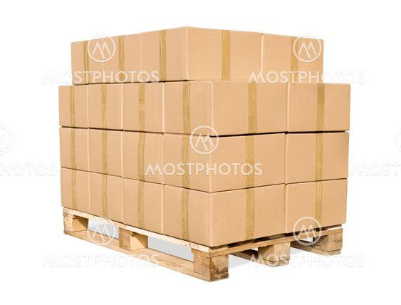 Kartonger på trä palett på vit