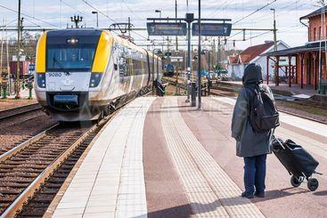 Tåg mot Göteborg ankommer stationen i Kil