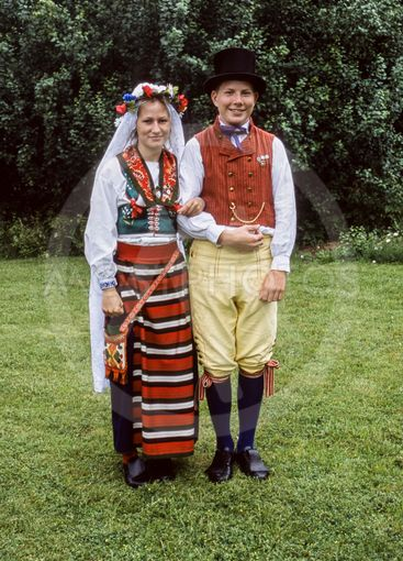 Ett ungt par i folkdräkt, Upplands Väsby, Sverige.