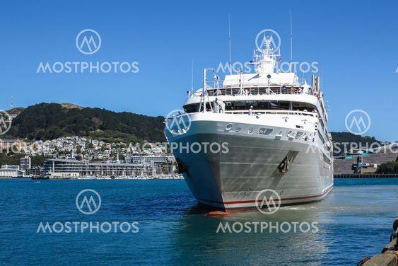 Cruise ship leaves Wellington