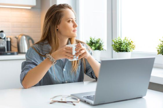 A woman during an online meeting with a psychologist.