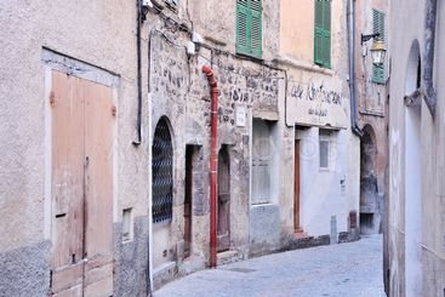 Gasse in einem Dorf in den französischen Alpen / a street...