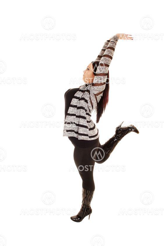 Pige strækker armene.