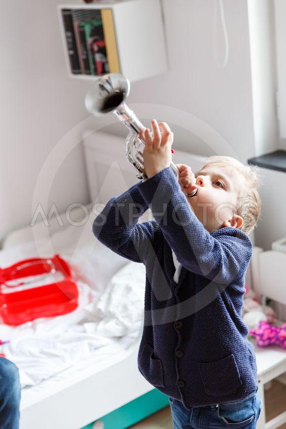 Pojke spelar trumpet