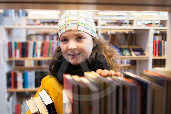Flicka på bibliotek