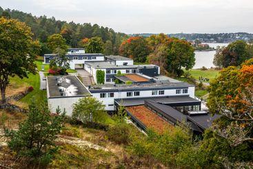 Skepparholmens spa byggnader sett från ovan.