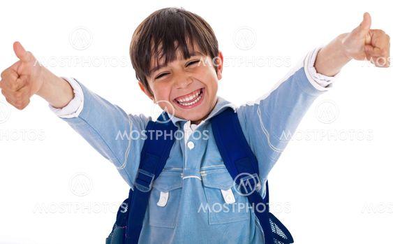 Glada skolan boy visar hans tummen upp