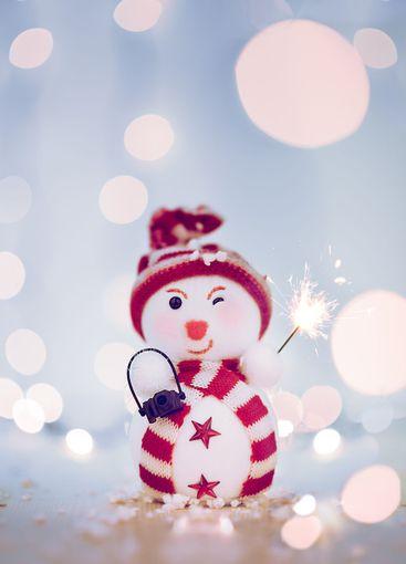 muñeco de nieve feliz con un fuegos artificiales y bokeh