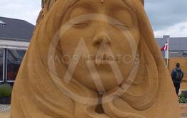 kvinde med lukkede øjne lavet i sand