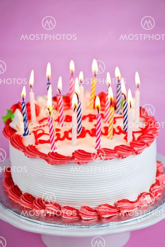 bild på tårta med ljus
