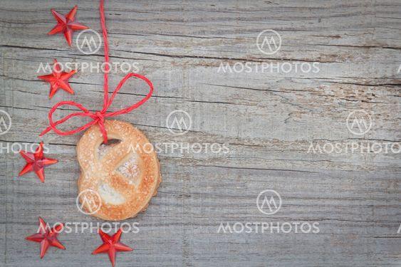 Christmas cookies och stjärna på bandet. Den texturerade trä.