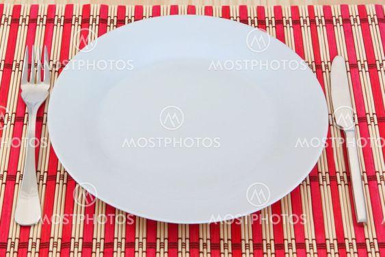 Spisning køkken apparatet på en rød wicker serviet. I tabellen tekstur.