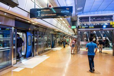 Station Stockholm City med pendeltåg vid plattformen