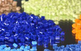 gefärbtes Kunststoffgranulat