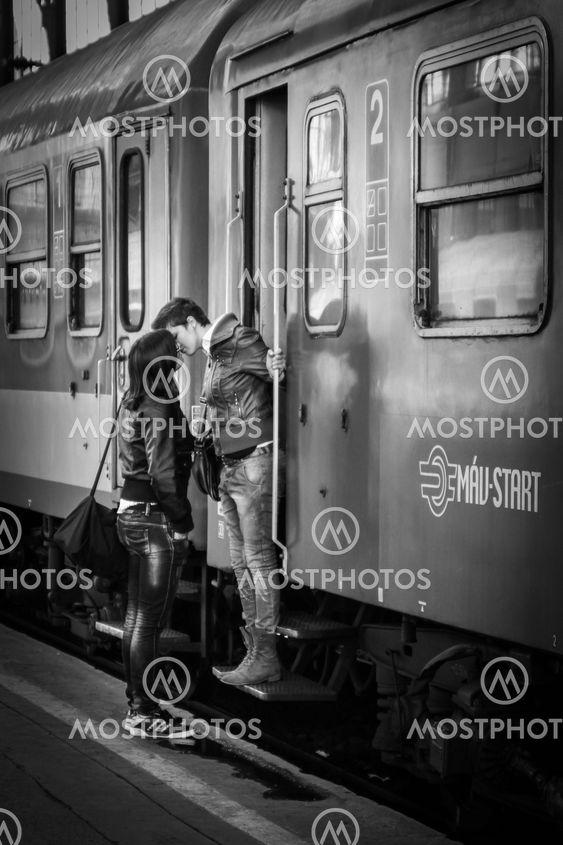 Kärleksfullt avsked på station