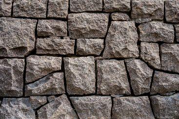Närbild av massiv stenmur med stora block i byggnad .