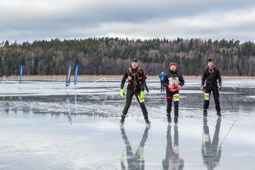 Skridskoåkare på Mälaren som deltar i Vikingarännet.