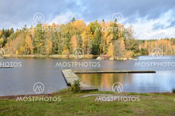 Badplatsen vid Hornsö i Småland i vackra höstfärger