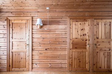 Inredning med furu vägg och dörrar.