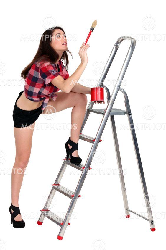 sexiga kvinnliga målare innehar pensel