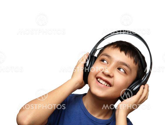 pojke lyssnande musik i hörlurar