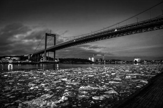 vintrigt älvsborgbro i svartvitt